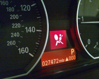 Đèn cảnh báo túi khí phát sáng.