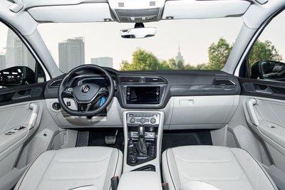 Không gian khoang lái xe Volkswagen Tiguan Luxury S 1