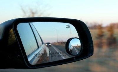 Triệt tiêu điểm mù hai bên hông xe bằng cách lắp thêm gương cầu lồi 360 độ.