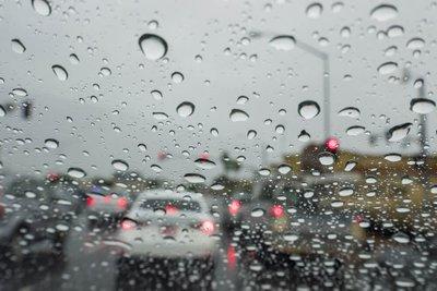 Lái xe chậm và chắc dưới trời mưa.