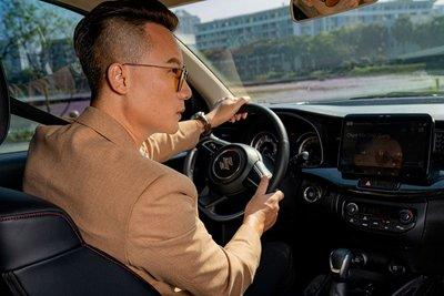Suzuki XL7 trở thành một lựa chọn được khách hàng đánh giá cao bởi mẫu xe này đã thêm vào nhiều gia vị cảm xúc, từ thiết kế bên ngoài mạnh mẽ, đến điểm nhấn nhá ở vô lăng D-cut thể thao.