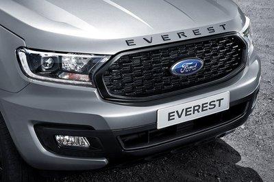 Lưới tản nhiệt và dòng chữ Everest được sơn đen bóng trên Ford Everest Sport 2021.