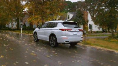Mitsubishi Outlander 2022 có cả bản FWD lẫn AWD.