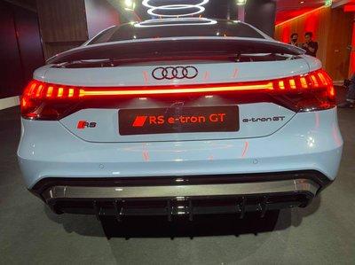 Audi e-tron GT mạnh mẽ và thân thiện môi trường.