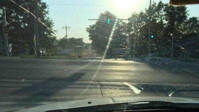 Làm sạch bề mặt kính  lái .