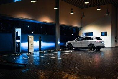 Porsche đã rót tiền xây dựngcác trạm sạc công suất cao tại Hà Nội và TP.HCM. 1