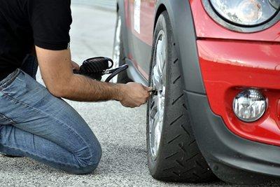 Kiểm tra áp suất lốp xe.