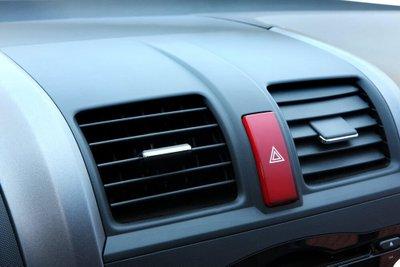 Tài xế nên sử dụng đèn cảnh báo nguy hiểm đúng cách.