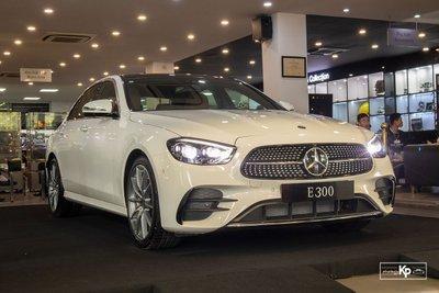 Rẻ hơn BMW 530i M-Sport 300 triệu đồng, Mercedes-Benz E300 AMG 2021 có gì hấp dẫn? a1