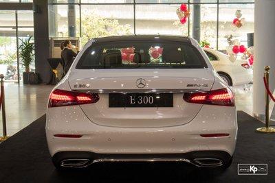 Rẻ hơn BMW 530i M-Sport 300 triệu đồng, Mercedes-Benz E300 AMG 2021 có gì hấp dẫn? a4