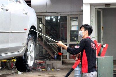 Rửa sạch gầm xe bằng vòi bơm cao áp.