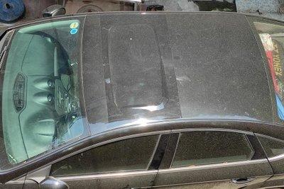 bụi bẩn, lá cây, rác thải bám vào cửa sổ trời 1
