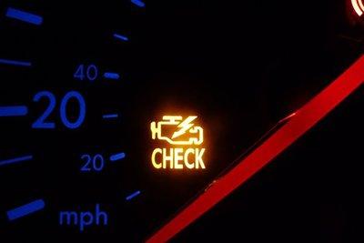 Dấu hiệu báo hiệu hộp số gặp trục trặc là đèn Check Engine sáng.