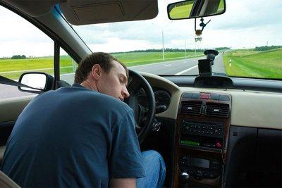 Không nên đi cố mà hãy tấp vào lề ngủ 15 phút để tránh giấc ngủ trắng