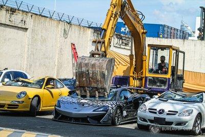 Loạt siêu xe bị phá hủy không thương tiếc.