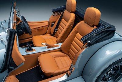 Morgan duy trì cảm hứng thiết kế với đầu xe dài, đuôi ngắn và chỉ có 2 chỗ ngồi.
