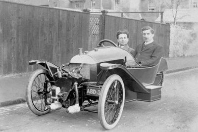 Henry Frederick Stanley Morgan (trái) là người sáng lập nên Morgan Motor.