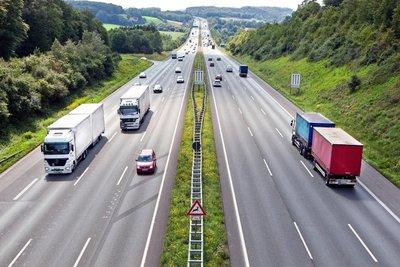 Phanh gấp trên đường cao tốc luôn tiềm ẩn những hiểm họa khôn lường.