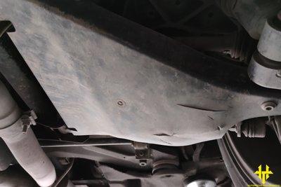 Va đập mạnh gây nứt ốp bảo vệ hệ thống treo.