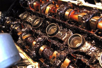"""không thay dầu khiến động cơ như bị """"đóng bánh"""" lại."""