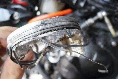 Bó máy trên ô tô còn được gọi là bó piston hay lup-pe.