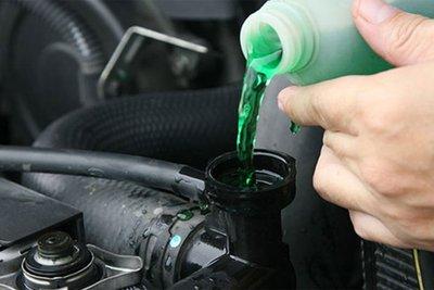 Nên kiểm tra nước làm mát thường xuyên và sử dụng loại nước chuyên dụng để tránh bó máy.