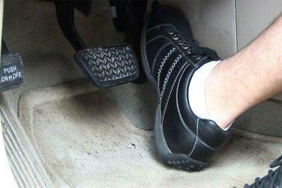 """Tài xế cần ghi nhớ 10 từ sau: """"đạp phanh thẳng mũi chân, đạp ga chéo mũi chân"""".."""