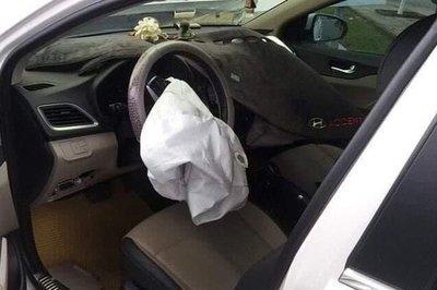 Vụ tai nạn Hyundai Accent với túi khí không thể bung do vướng tấm thảm táp lô. 1
