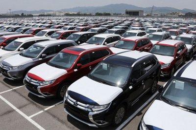 dù trong nước đang nỗ lực giảm giá thì ô tô nhập khẩu vẫn ồ ạt về cảng.