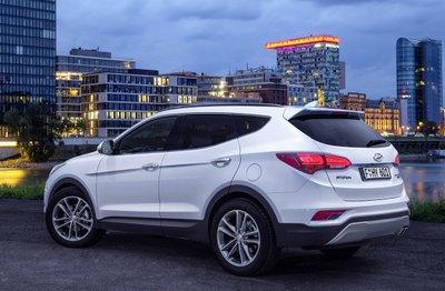 Người dùng có thể tùy chọn động cơ xăng hoặc động cơ dầu trên Santafe 5 chỗ tùy sở thích và nhu cầu lái.