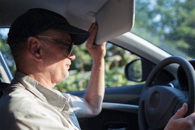 Dùng mũ lưỡi trai giúp giảm thiểu việc ánh nắng mặt trời chiếu thẳng vào mắt khi lái xe