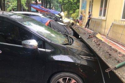 """Ô tô gặp nạn bị tường rào đè trúng, chủ xe """"bắt đền"""" ai? a1"""