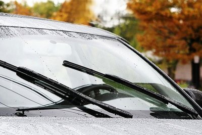 Cần gạt mưa kính lái, kính chiếu hậu ô tô,..là những chi tiết quan trọng cần kiểm tra.