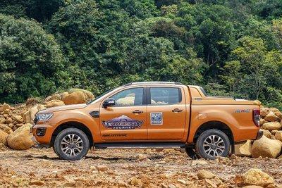 Xe bán tải 5 chỗ có thể di chuyển tốt trên mọi địa hình.