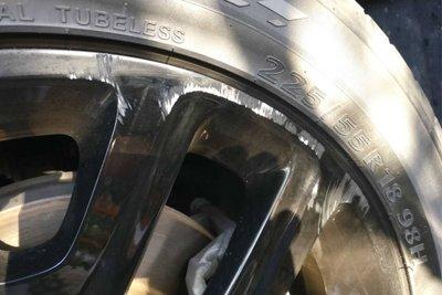 Mâm xe bị xước trong quá trình đỗ xe.