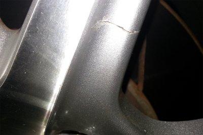 Mâm xe bị nứt sau khi va chạm.