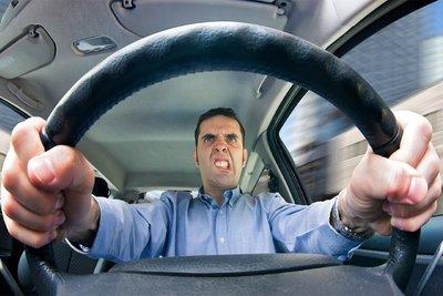 Lái xe trong tình trạng mất bình tĩnh thường rất nguy hiểm.