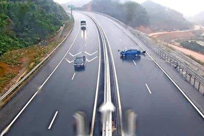 Khi đi trên cao tốc gặp trời mua, tài xế nên giảm tốc độ xuống 2/3.