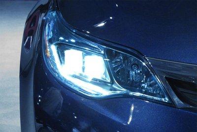 HID là đèn được chiếu sáng bằng cách kích thích nguyên tố xenon ở nhiệt độ cao.