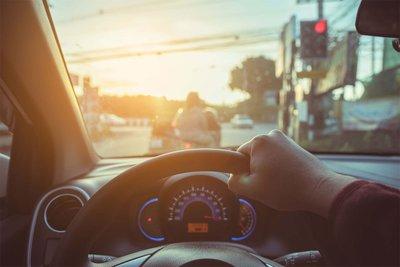 Lái xe nên giữ đều ga, lái đúng tốc độ và tránh phanh gấp để tiết kiệm nhiên liệu