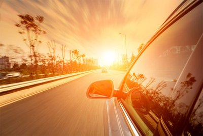 Không nên đổ xăng xe vào thời điểm nắng nóng.