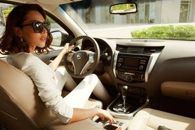 Đeo kính râm khi lái xe cũng có thể hạn chế hiện tượng này.