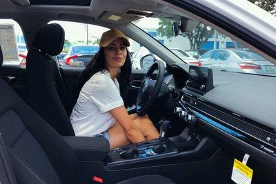 Video nữ Youtuber trải nghiệm xe Honda Civic 2022, điểm nhấn nội thất a9