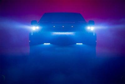Toyota Tundra 2022 có lưới tản nhiệt mới cỡ lớn kèm thanh đèn phụ trợ LED.