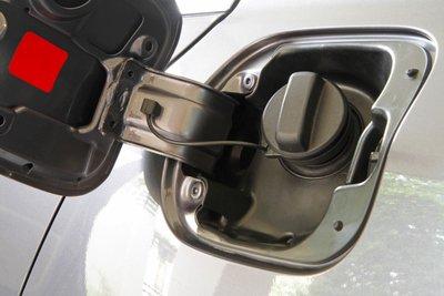 Lưu ý đổ đầy và vặn chật nắp bình nhiên liệu.