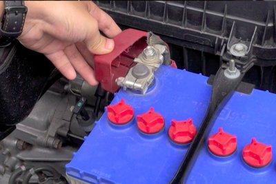 """Nếu là xe đời cũ, nên tháo cọc """"âm"""" bình ắc-quy để đảm bảo an toàn."""
