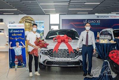Đại diện đại lý Hyundai Đông Đô chung vui cùng cầu thủ Đình Trọng.