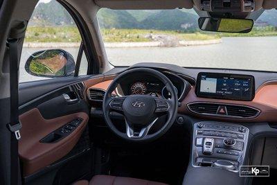 Nội thất của Hyundai Santa Fe 2021 bản máy dầu cao cấp.