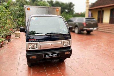 Cầm lái Suzuki Carry Truck Truck, bác tài có thể vận chuyển linh hoạt, dễ dàng trong đô thị đông đúc hay ngõ hẹp nhờ bán kính vòng quay tối thiểu chỉ 4,1m.