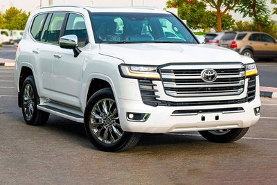 Toyota Land Cruiser 2022 trắng mặt trước